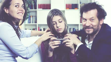 клетка : Sad parents willing to kill daughter addicted to cell phone comedy