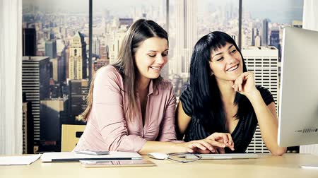 kutluyor : Happy women having fun with technology in office in New York Stok Video