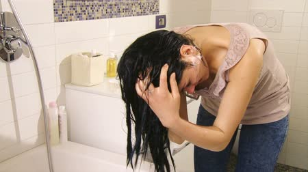 şampuan : Beautiful girl washing long hair in bathroom