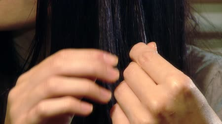 şampuan : Closeup of woman putting argan oil on hair