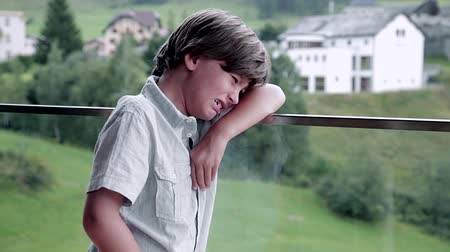 Łzy : Sad kid crying in the mountains