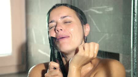śpiew : woman brushing hair singing in shower