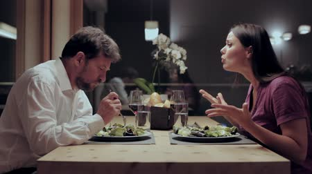 argumento : Woman angry with husband during dinner in restaurant