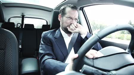 řidič : Crying business man feeling desperate while driving car Dostupné videozáznamy