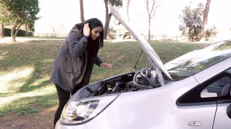 sıkıntı : Woman getting out of broken car