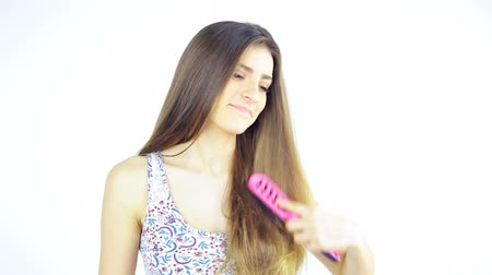 kartáč : Gorgeous lady having fun brushing long silky hair