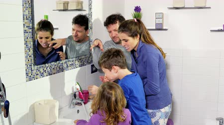 escova de dentes : Mother father and two kids having fun in bathroom washing teeth Vídeos