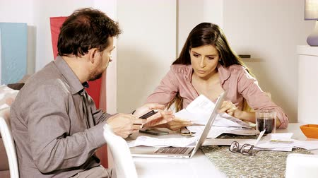papelada : Couple at home calculating cost of bills