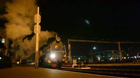 lokomotif : Retro steam engine in the night