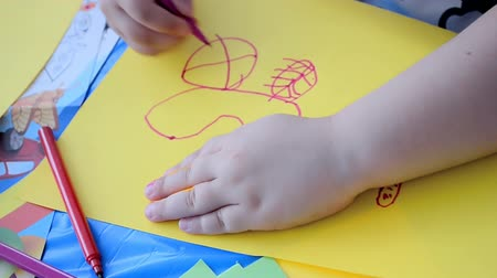 řádek : child drawing on paper