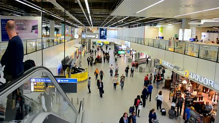 в ожидании : Amsterdam Airport Schiphol on September 16, 2014 in Amsterdam, Netherlands. Schiphol - one of the biggest European airports, it opened on September 16, 1916. Стоковые видеозаписи