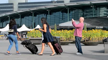 očekával : tourists in Amsterdam Airport Schiphol on September 16, 2014 in Amsterdam, Netherlands. Schiphol - one of the biggest European airports, it opened on September 16, 1916.