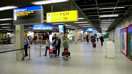 očekával : cleaning in Amsterdam Airport Schiphol on September 16, 2014 in Amsterdam, Netherlands. Schiphol - one of the biggest European airports, it opened on September 16, 1916.