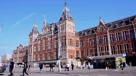 očekával : AMSTERDAM - SEP 15: Amsterdam Central Station (aka Amsterdam Centraal) on September 15, 2014 in Amsterdam, Netherlands. It was built in 1882 and officially opened on October 15, 1889. Dostupné videozáznamy