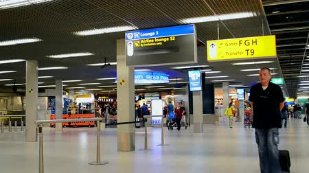 očekával : tourist in Amsterdam Airport Schiphol on September 16, 2014 in Amsterdam, Netherlands. Schiphol - one of the biggest European airports, it opened on September 16, 1916.