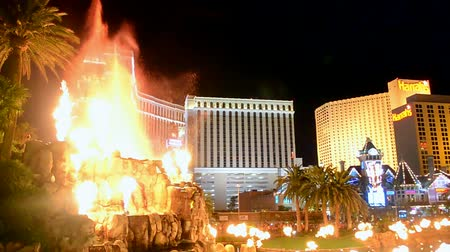 destaque : LAS VEGAS - APR 07: fire show on the Las Vegas Strip on April 07, 2014 in Las Vegas, Nevada. The strip has approximately 6.8 km (4.2 mi) long and featured with world class hotels and casinos. Vídeos