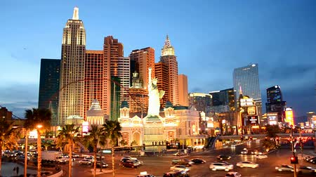 destaque : LAS VEGAS - APR 03: Las Vegas Strip on April 03, 2014 in Las Vegas, Nevada. The strip has approximately 6.8 km (4.2 mi) long and featured with world class hotels and casinos.