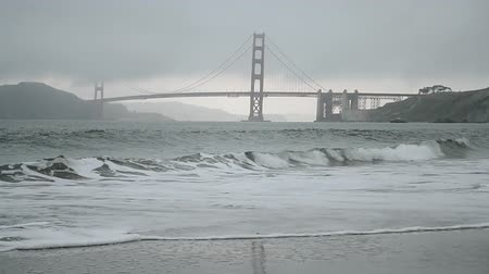 pomost : Golden Gate Bridge in San Francisco under fog and ocean waves Wideo