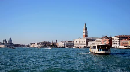 takımadalar : VENICE - DEC 30: Piazza San Marco and Doges Palace on December 30, 2015 in Venice, Italy. Venice consist from archipelago of 117 islands formed by 177 canals connected by 409 bridges.