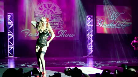 подиум : LAS VEGAS, NV - APR 15: Viva Las Vegas Fashion Show 2016 on April 15, 2016 in Las Vegas, USA. Viva Las Vegas Rockabilly Weekend take place on April 14-17, 2016. Стоковые видеозаписи