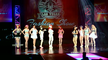 арена : LAS VEGAS, NV - APR 15: Viva Las Vegas Fashion Show 2016 on April 15, 2016 in Las Vegas, USA. Viva Las Vegas Rockabilly Weekend take place on April 14-17, 2016. Стоковые видеозаписи
