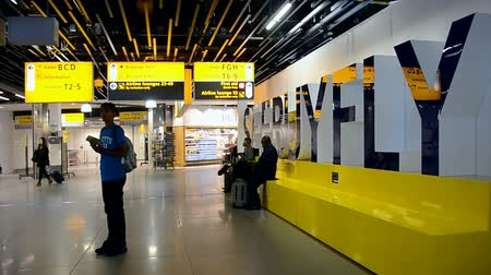 očekával : AMSTERDAM - APR 27, 2016: renewed Amsterdam Airport Schiphol on April 27, 2016 in Amsterdam, Netherlands. Schiphol - one of the biggest European airports, it was open on September 16, 1916. Dostupné videozáznamy