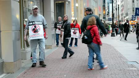 voyager : BOSTON, MA - APR 25: People with strike placard near Verizon Wireless office on April 25, 2016 in Boston, Massachusetts, USA. Stock Footage
