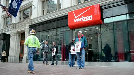 manifestantes : BOSTON, MA - ABR 25: Las personas con huelga cartel cerca de la oficina de Verizon Wireless el 25 de abril, 2016, Boston, Massachusetts, EE.UU..