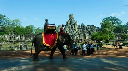 азиатский : Timelapse of tourists and elephant in front of Bayon temple, Cambodia