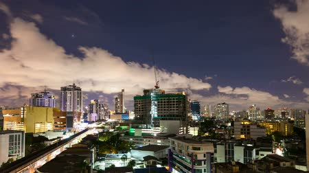 atividades : Timelapse - City at night with cloudscape