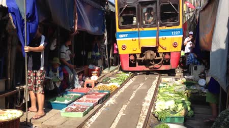 şaşırtıcı : Train going through a Thai Market Stok Video