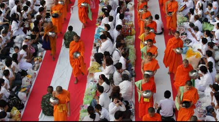 szerzetes : Mass Alms Giving in Bangkok Stock mozgókép
