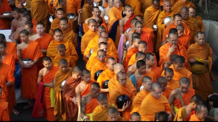 tajlandia : Monks are participating in a Mass Alms Giving of 12,600 monks in Saphan Khwai for the Makha Bucha celebrations in Bangkok, Thailand Wideo