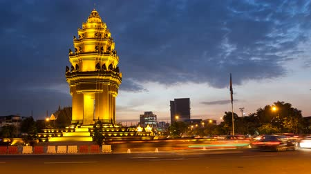 anıt : SUNSET TIMELAPSE OF INDEPENDENCE MONUMENT IN PHNOM PENH CAMBODIA