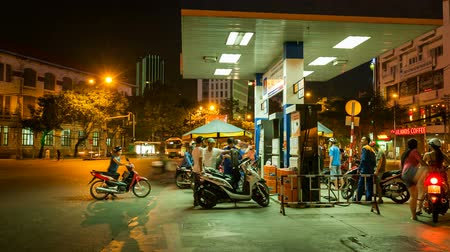 benzin : PEOPLE AT A GAS STATION AT NIGHT - SAIGON, VIETNAM - TIME LAPSE Stok Video