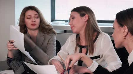 босс : working in the office and disputing with each other
