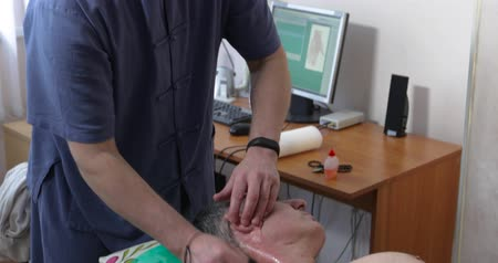 akupresura : the doctor treats the man of the patient with Chinese medicine Wideo