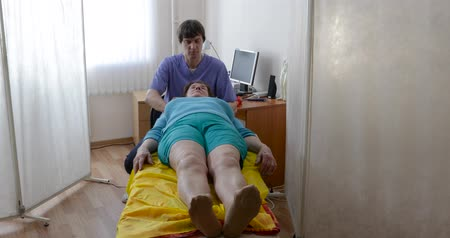 manipulacja : elderly woman at a reception at the osteopath. Concept of people and professions, types of restorative massages, removal of fatigue Wideo