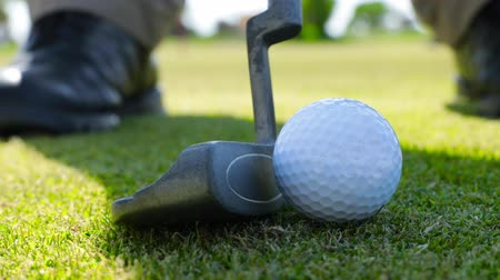 çimenli : Game of golf. Putter and Golf ball on green grass. UHD video