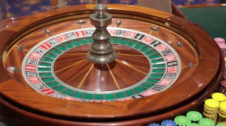 соблазнять : Roulette table and croupiers hand. Full HD Стоковые видеозаписи