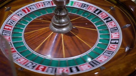 соблазнять : Roulette table and croupiers hand. Full HD. Color Lut
