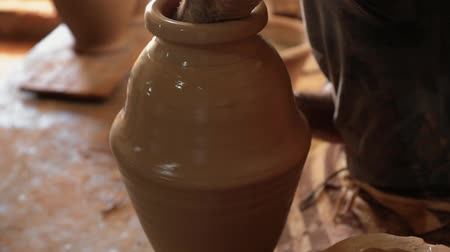 louça de barro : Mans hands make a clay pitcher. Potter makes a pitcher. FullHD Stock Footage