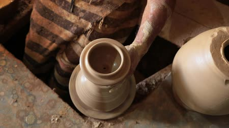 louça de barro : Hands of a man close-up, creating cans or vases of gray clay. FullHD