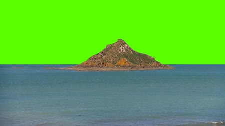 kafatası : Small Island in The Middle of the Ocean Sea On a Green Screen Background Stok Video
