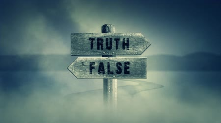 verdadeiro : Old Wooden Sign on a Middle of a Cross Road With the Words Truth or False