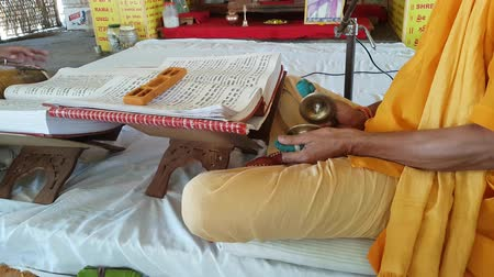 hinduizmus : Brahmin Priest Playing Cymbals And Reading The Gita Stock mozgókép