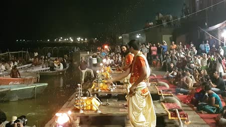 ритуал : Indian Priests Throwing Petals in a Puja Ceremony in Varanasi