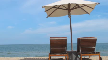 cadeira : Umbrella and Chair on the beach Stock Footage