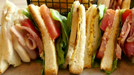 sandwich club : Sandwich au poulet avec bacon