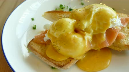 poached egg : Eggs Benedict with Smoked Salmon